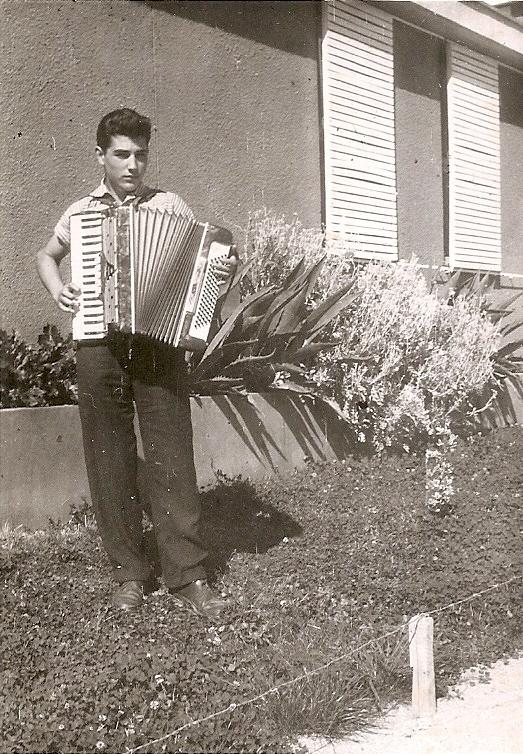 5b c con 15 años 1958 ademas de aprender a conducir tocaba el acordeon