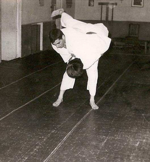 6 Tomas Sanchez ejecuta una tecnica de cadera por la izquierda tsuri Komi Goshi 1965