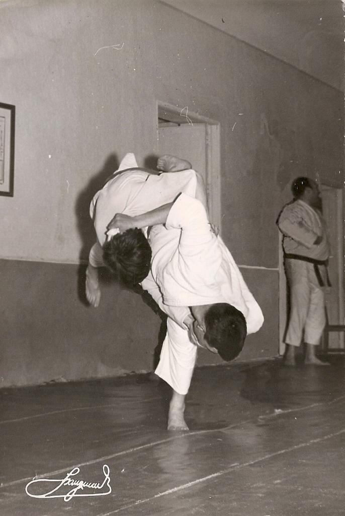 7 T Sanchez ejecuta Uchi Mata en el fondo el maestro Felix Arribas 3 Dan 1965
