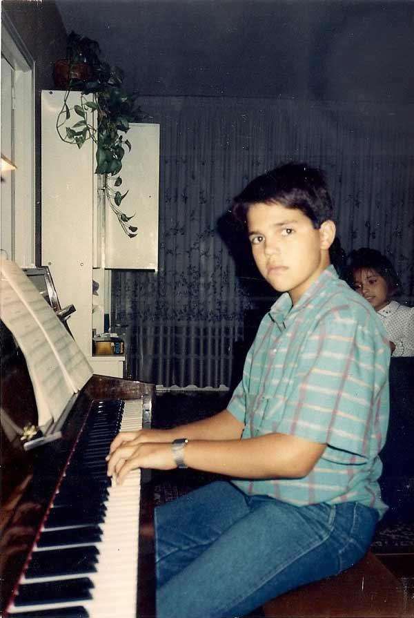 David-en-sus-horasde-estudio-al-piano-1988