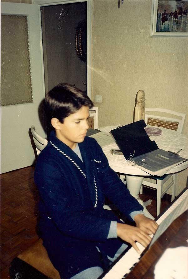 David-sanchez-ejecutando-la-practica-diaria--tocando-el-piano-Febreo-1987
