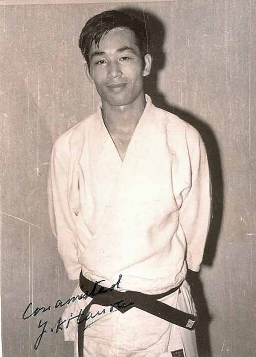 8-enero-del-1970-gimnasio-Coyrema-foto-que-me-dedico-mi-maestro-Kitaural,no-solia-ponerse-la-hakama-pero-es-innegable--que-da-una-buena--imagen-.