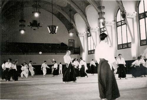 3-dojo-improvisado-en-las-instalaciones-de-San-Jordi.-Al-fondo-a-la-derecha-Tamura-Sensei.-marzo-1970
