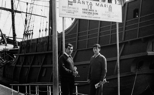 5-marzo-1970-con-mi-amigo-y-compañero-Tomas-de-Miguel-en-el-puerto-Barcelona-ante-la-caravela-de-Cristobal-Colon