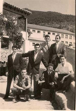 Tomas-con-los-amigos-en-el-Salon-del-Baile-1959