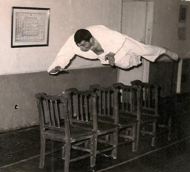 8a Tomas ejecuta un ukemi de frente en altura. Salvando obstaculos 1967