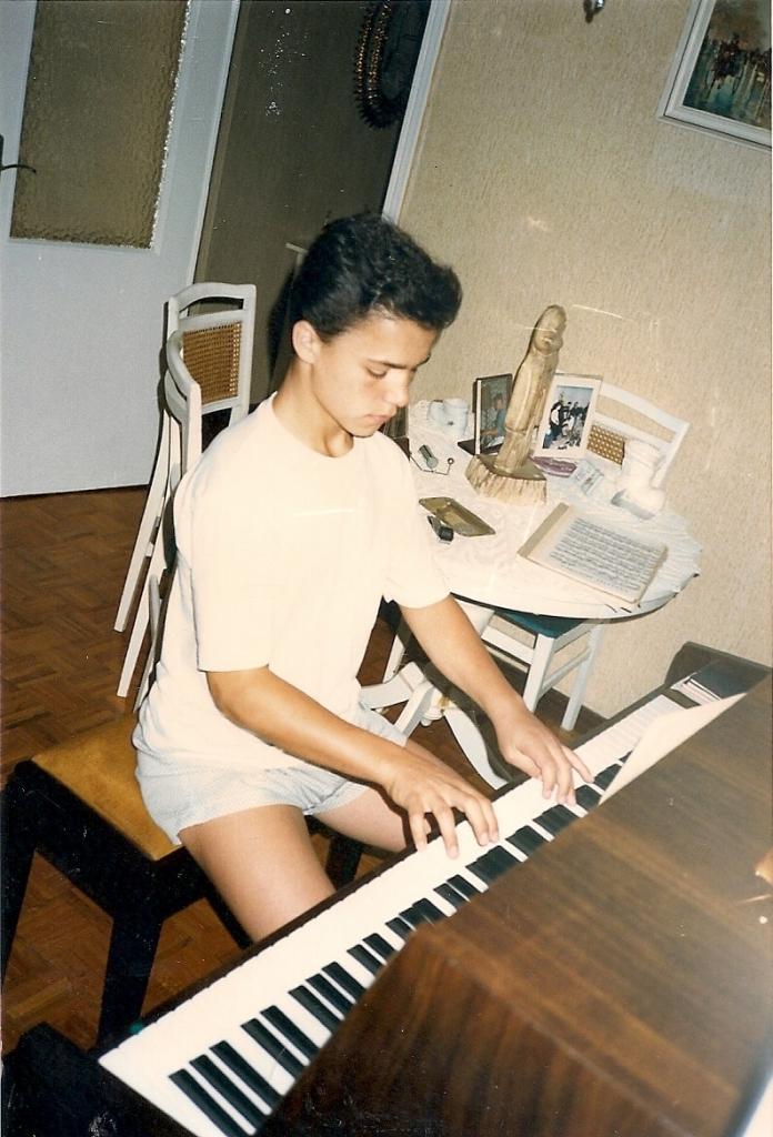 1987 Roberto tocando el piano