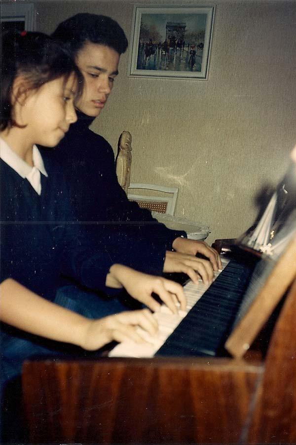 Roberto-Y-Carolina-a-cuatro-manos-en-sus-horas-de-estudio-al-piano-1988