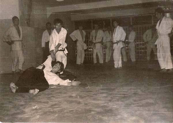 5-Kitaura-corrigiendo-la-tecnica-en-un-momento-de-la-clase-Coyrema-Clase-de-Kitaura-1969-(2)
