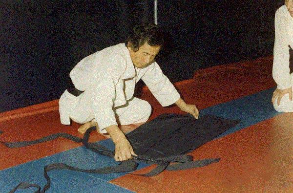 9-1987-Oct-Madrid-Tamura-sensei-se-afana-en-plegar-su-hakama-dandonos-ejemplo-de-lo-importante-que-es