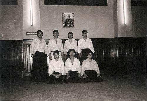 2-a-Kitaura-Sensei-y-sus-alumnos-de-Madrid,-Tomás-Sánchez,-Antonio-Ponce,-Tomás-de-Miguel,-Andres-Dominguez,-Manuel-Cruz-y-les-acompaña-en-la-parte-trasera-el-cuar-