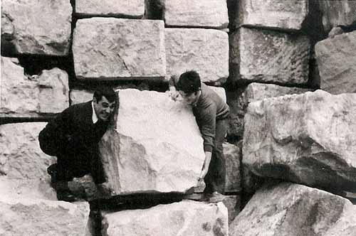9-en-el-puerto-de-Barcelona-haciendo-ejercicio-de-levantamiento-con-mi-amigo-Ponce-marzo-1970-