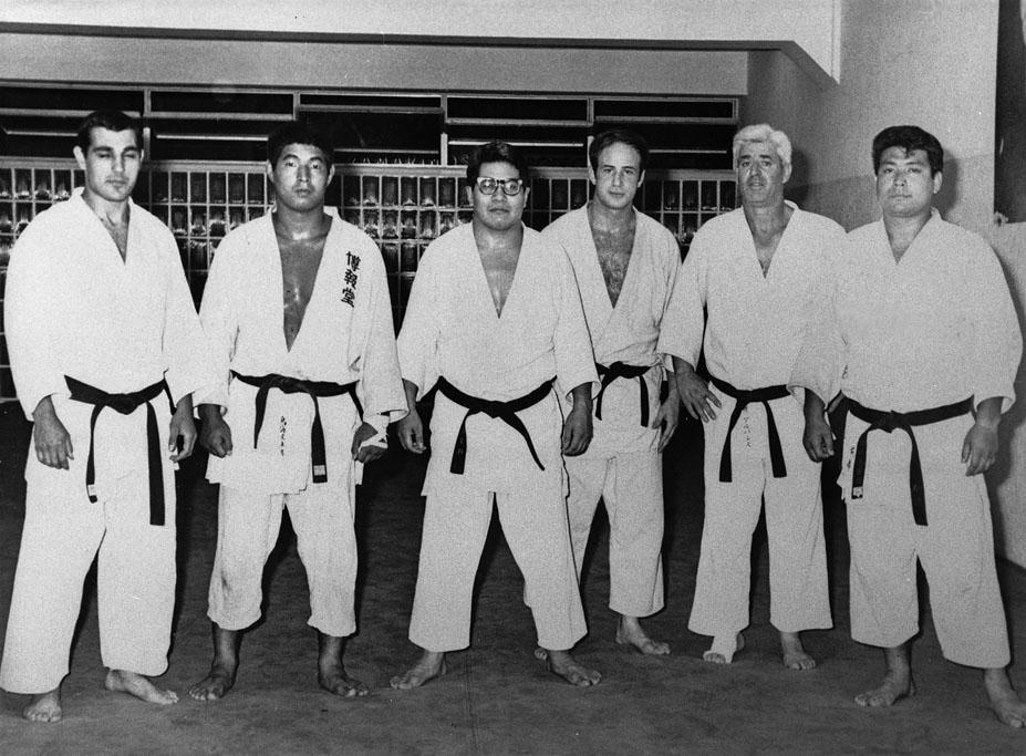 10 C Tomas con el Maestro Uzawa en el Dojo Coyrema 1968